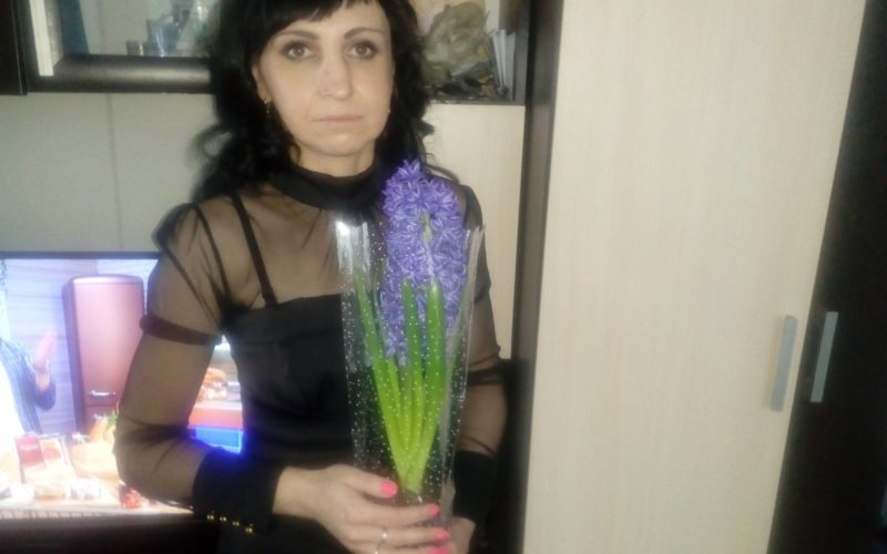 Зеленое растение с фиолетовыми цветочками